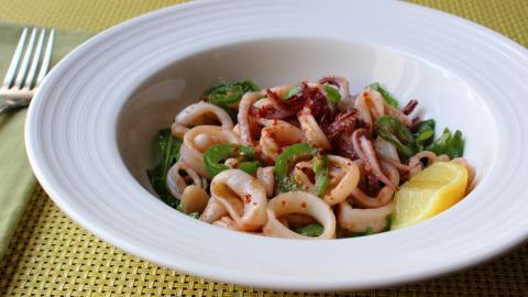 Warm Calamari Salad Recipe - How to Make a Warm Calamari Salad with Arugula & White Beans